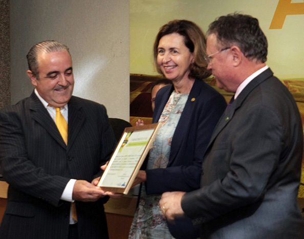 Jairo Arenazio [left], from Cobb-Vantress, receiving the certification, pictured with OIE's Director General, Monique Eloit and the Minister of Agriculture Blairo Maggi. Photo: MAPA/Release