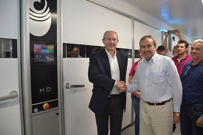 Michel De Clercq, CEO of Petersime (left) and Irineo da Costa Rodrigues, CEO of Lar Cooperativa Agroindustrial (right) shaking hands